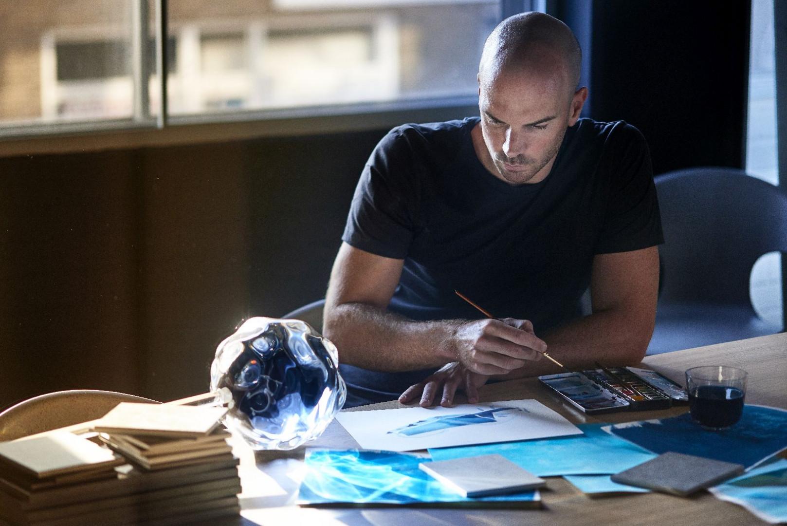 Benjamin Hubert podczas prac nad szkicem instalacji z Dektonu. Fot. Cosentino