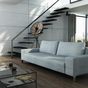 Szara sofa LeMans doskonała do wnętrza w stylu loft. Fot. Adriana Furniture