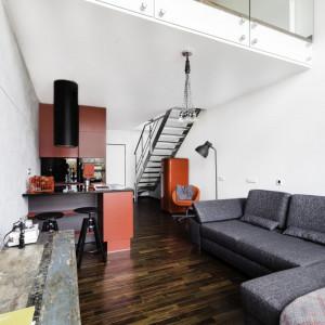 Wnętrze w stylu loftowym na warszawskim Mokotowie (salon). Projekt: Decoroom. Fot. Decoroom
