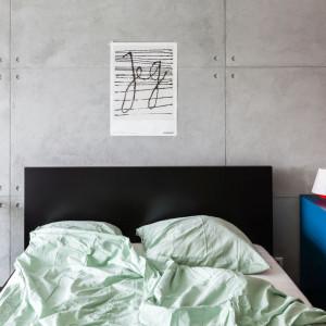 Wnętrze w stylu loftowym na warszawskim Mokotowie (sypialnia). Projekt: Decoroom. Fot. Decoroom