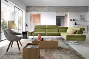 Meble do salonu: zielona sofa - zapowiedź wiosny we wnętrzu