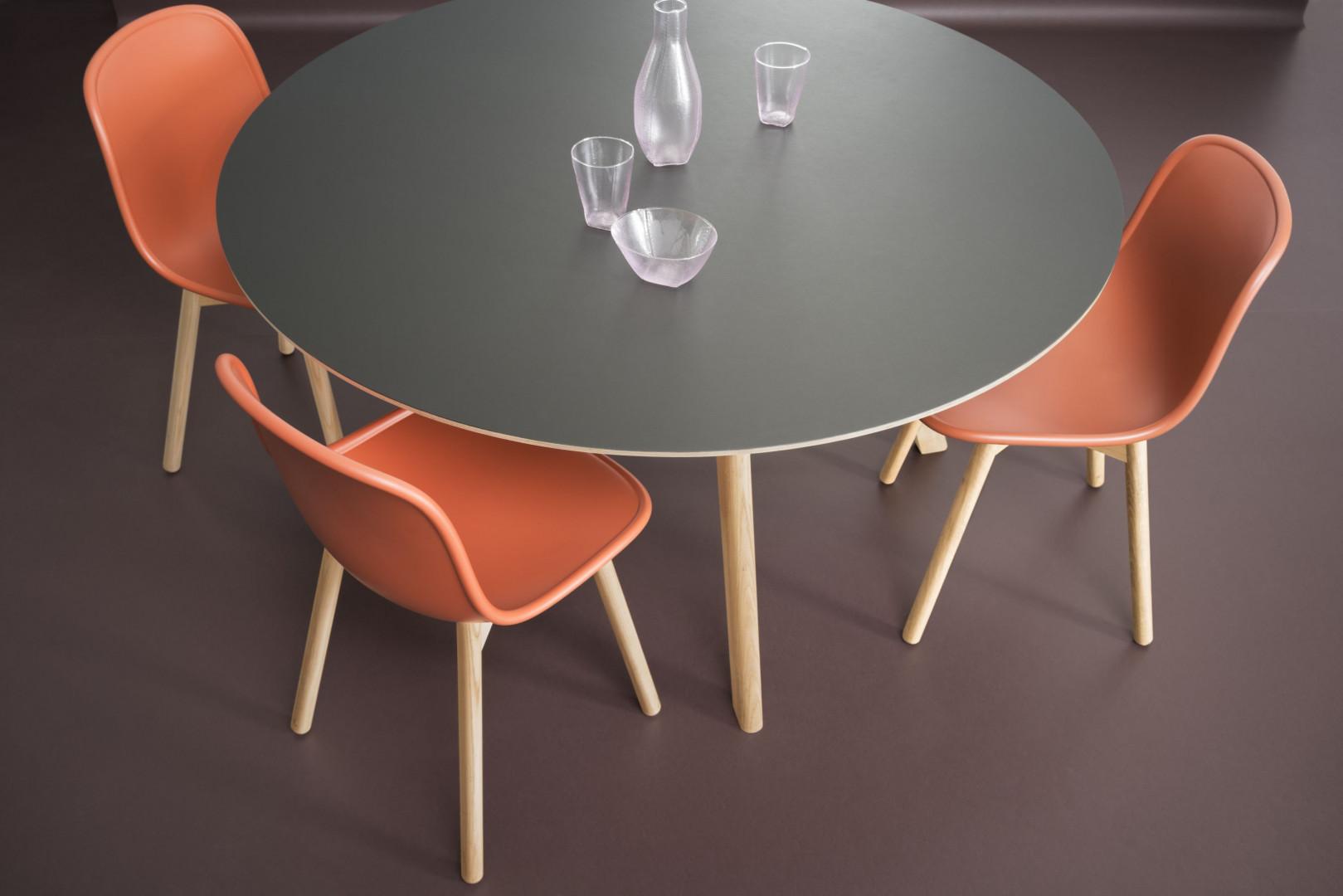 Furniture Linoleum na blacie stołu. Fot. Forbo