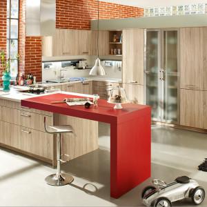 Czerwony kuchenny bar jest ciekawą ozdobą kuchni. Fot. Ballerina