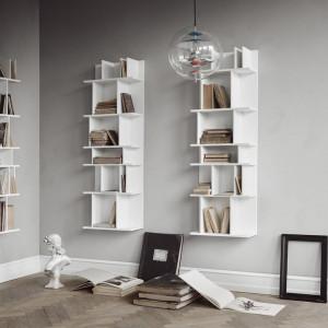 Półki z książkami mogą wisieć na ścianie. Fot. BoConcept