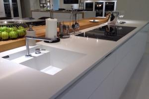 Białe blaty w kuchni – uniwersalne i wyjątkowo efektowne