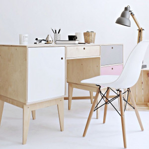 Biurko Fuss marki Wood Republic z lekkim krzesłem. Fot. Good Inside