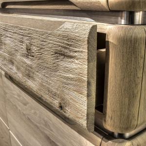 Komoda K19 - lite drewno ze śladami zużycia. Fot. Klose