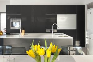 Biały blat z konglomeratu - zobacz, jak się sprawdza w kuchni