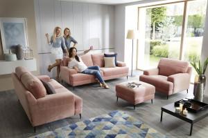 Dwie sofy i fotel - ciekawy pomysł na strefę relaksu w salonie