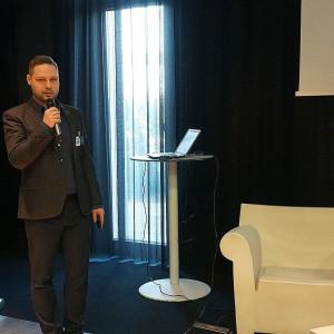 Prezentacja firmy Cersanit - Partnera Głównego wydarzenia. Na zdjęciu: Piotr Wychowaniec. Fot. Publikator