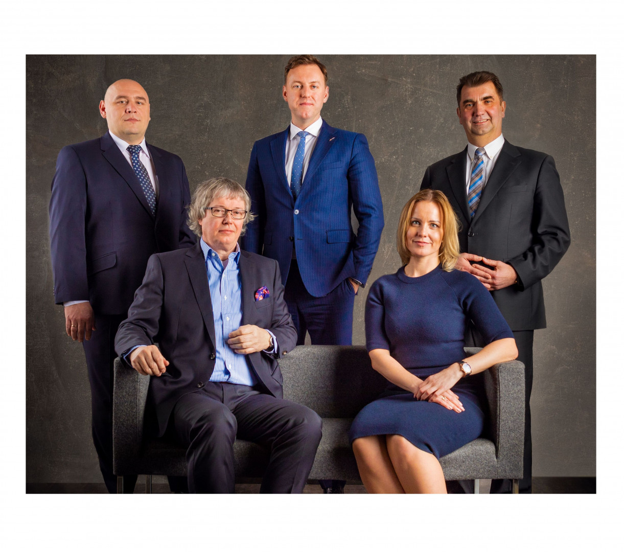 Nowy zarząd firmy Meble Wójcik. Stoją od lewej: Andrzej Lada-Kubala, Piotr Wójcik, Winicjusz Iwański. Siedzą od lewej: Jochen Horn, Katarzyna Wójcik-Borsukowicz. Fot. Meble Wójcik