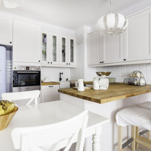 Aranżując przestrzeń kuchni, należy pamiętać o zastosowaniu elementów wspólnych dla całej powierzchni – materiałów, kolorów czy detali.  Fot. Deoroom