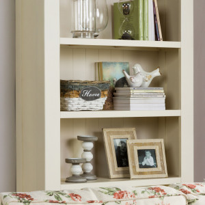 We wnętrzach zaaranżowanych w stylu shabby chic często biel zostaje wzbogacona elementami ciepłego w odbiorze drewna. Fot. Agata