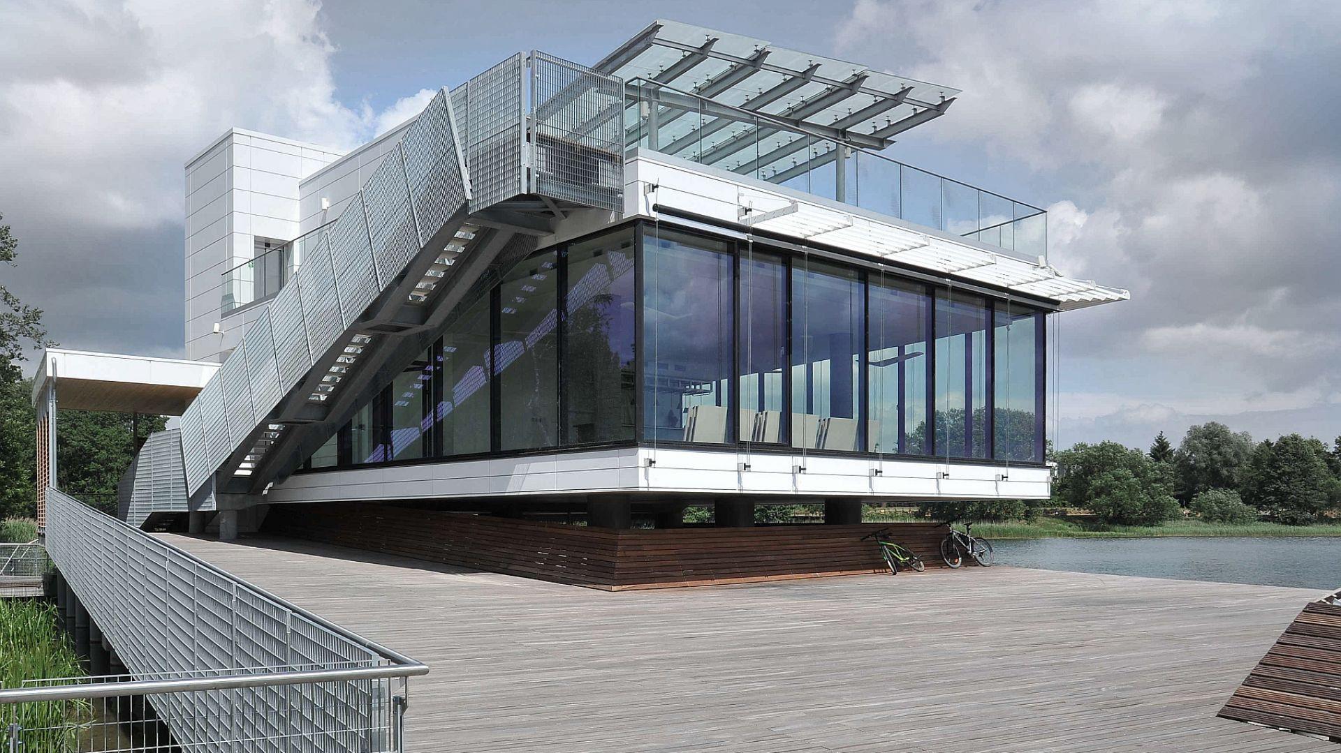 Olszyńskie Centrum Kajakarstwa przy ulicy Olimpijskiej, które wchodzi w skład Centrum Rekreacyjno-Sportowego Ukiel nad jeziorem Ukiel (Krzywym) w Olsztynie. Projekt i zdjęcia: autorska Pracownia Architektoniczna Studio-Projekt.