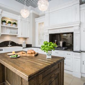 Rustykalna kuchnia z litego drewna to alternatywa dla minimalistycznej kuchni - laboratorium. Fot. Arino House