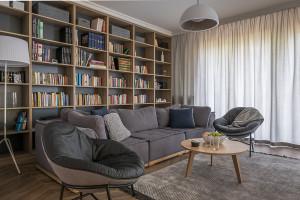 Dębowe meble i… sztuka – przytulne mieszkanie dla rodziny