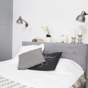 Szafka z półkami, na których osoby śpiące w łóżku trzymają wszystkie niezbędne rzeczy, z powodzeniem zastępuje szafki nocne. Ma jeszcze dodatkową zaletę – blat, na którym można postawić różne dekoracyjne przedmioty. Projekt: Małgorzata Górska-Niwińska (Pracownia Architektoniczna MGN). Fot. Pracownia Architektoniczna MGN
