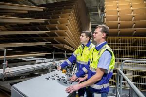 Egger kończy budowę fabryki i kompletuje zespół pracowników