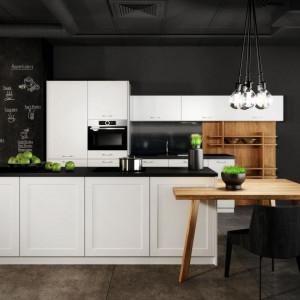 Obszerne okno w kuchni zapewnia stały i nieograniczony dostęp naturalnego światła do wnętrza. Na zdjęciu: kuchnia