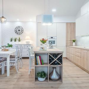 Jeżeli przy oknie nie pojawią się elementy zabudowy kuchennej, warto tam postawić stół jadalniany. Fot. Studio Camidecor/ Max Kuchnie