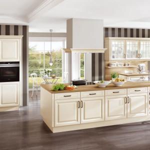 Dostęp do naturalnego światła i dekoracyjny charakter to niewątpliwie zalety kuchni z oknem. Na zdjęciu: kuchnia