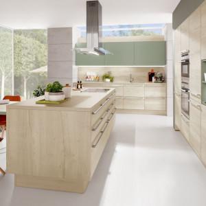 Przestronne okno w kuchni otwiera wnętrze na otoczenie domu. Na zdjęciu: kuchnia