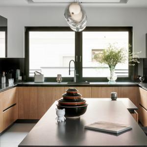 Przykład kuchni, w której efektownie zagospodarowano przestrzeń przy oknie. Na zdjęciu: model Z1 firmy Zajc. Fot. Zajc