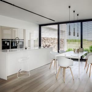 Kuchnia z dużymi przeszkleniami. Na zdjęciu: model Z7 firmy Zajc. Fot. Zajc