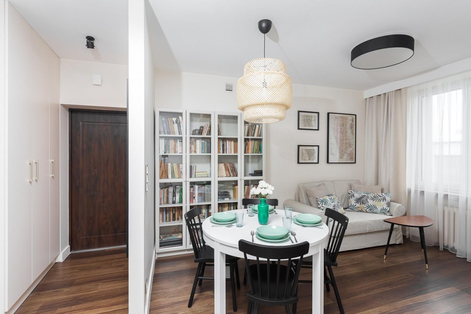Jeśli w mieszkaniu jest dość duży stół, kącik wypoczynkowy możemy ograniczyć do małej kanapy i niewielkiego stolika. Realizacja Clue Design/Dekorian