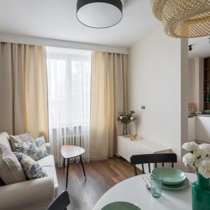 Kuchnia została otwarta na duży pokój, do którego przeniesiono salon z jadalnią. Projekt: Clou Design. Fot. Clou Design