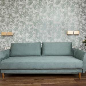 Nowoczesna, szara sofa - najważniejszy mebel w salonie. Projekt: Clou Design. Fot. Clou Design