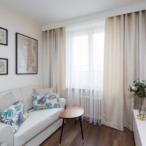 W sypialni znalazła się sofa z funkcją spania, która zastępuje w nocy łóżko, a jednocześnie nie zajmuje zbyt wiele miejsca. Projekt: Clou Design. Fot. Clou Design