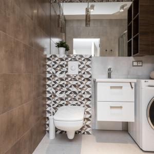Remont sprawił, że większa stała się również łazienka. Projekt: Clou Design. Fot. Clou Design