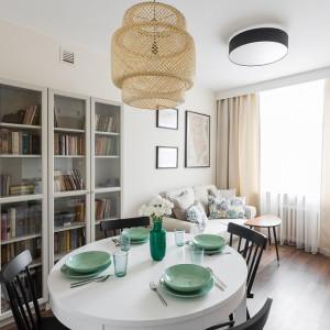 Inwestorzy postanowili nieco zmienić układ swojego mieszkania na bardziej funkcjonalny i urządzić je tak, żeby było bardziej przytulne. Projekt: Clou Design. Fot. Clou Design