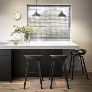 Nawet w małym wnętrzu kuchni można wygospodarować kącik jadalniany. Fot. Technistone