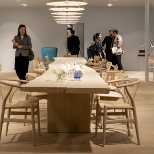 Stół z litego drewna o bardzo naturalnym wyglądie (Carl Hansen). Fot. Salone del Mobile, Milano