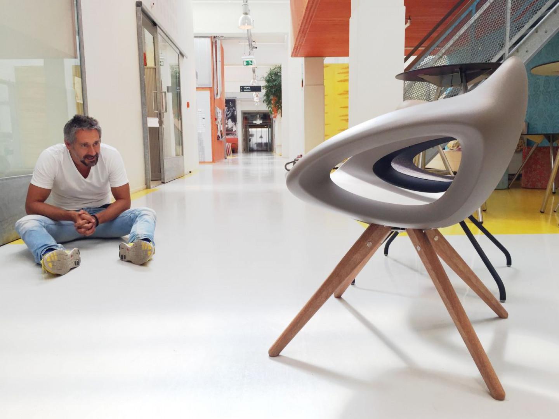 Krzesło holenderskiej marki Lonc intryguje oryginalnym kształtem. Fot. Lonc