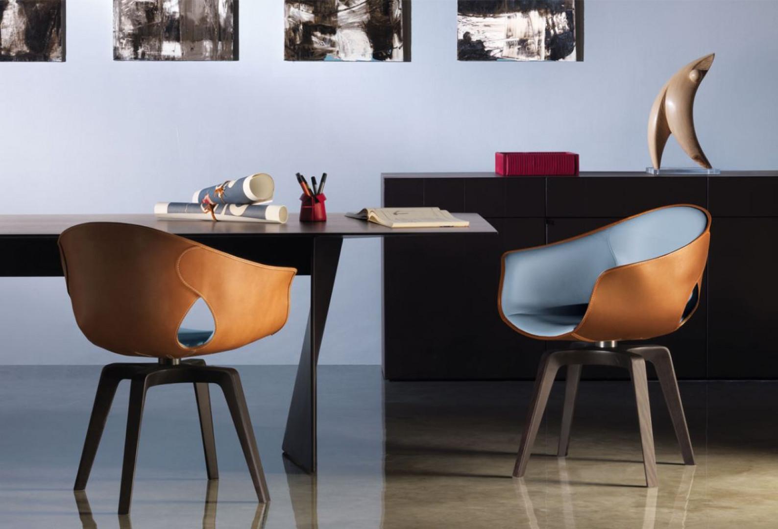"""Krzesło """"Ginger"""" firmy Poltrona Frau wyściełane jest pianką poliuretanową i pokryte naturalną skórą, co podnosi jego wygodę. Projekt: Roberto Lazzeroni. Fot. Poltrona Frau"""