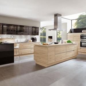 Kuchnia w kolorach drewna z elementami czerni. Fot. Verle