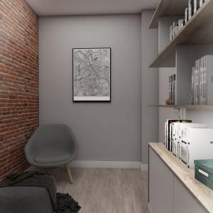 Gabinet, znajdujący się w sąsiedztwie strefy dziennej, został zaaranżowany w tym samym stylu i kolorystyce co ona. Tu również wyłożono ścianę starymi cegłami i zrobiono na wymiar meble z takich samym materiałów. Projekt: Małgorzata Górska-Niwińska (Pracownia Architektoniczna MGN).