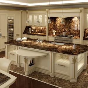 Bogato zdobiona kuchnia z marmurowymi blatami. Fot. Brummel
