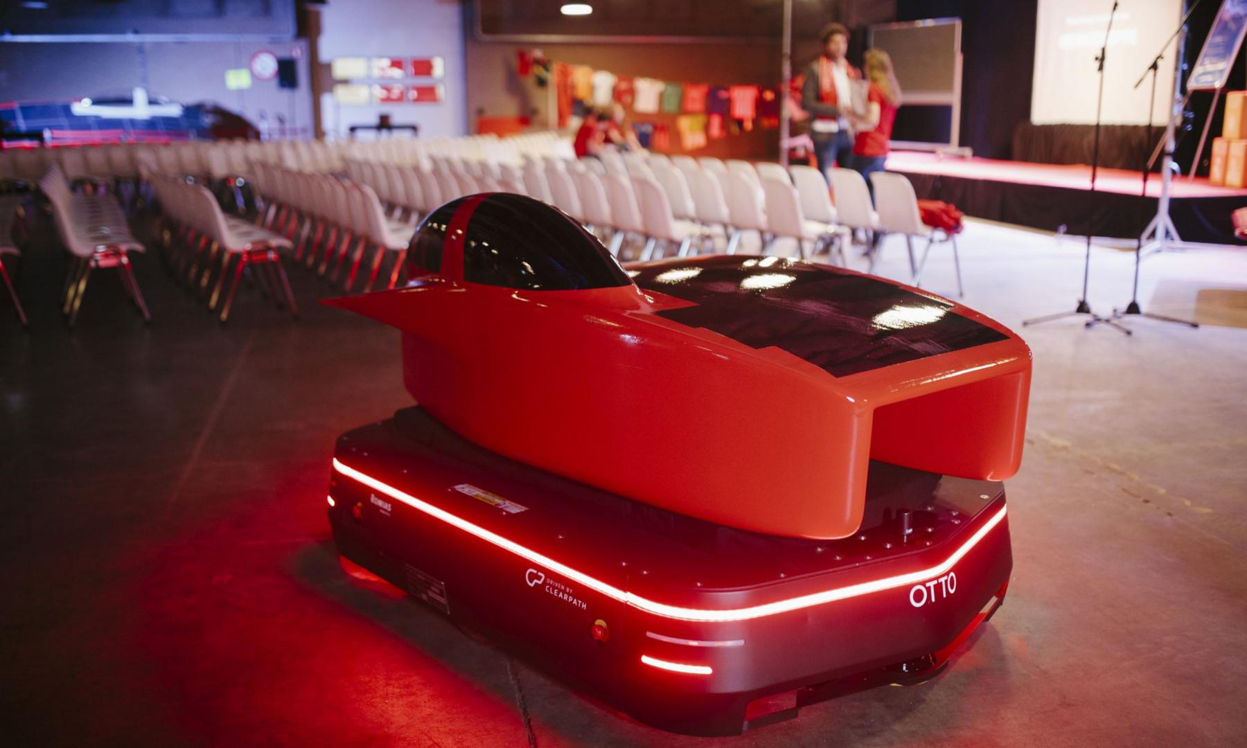 W najnowszym modelu auta zespół Solar Team zastosował inny typ paneli słonecznych, co pozwoliło na zmniejszenie rozmiarów pojazdu. Fot. Martina Ketelaar