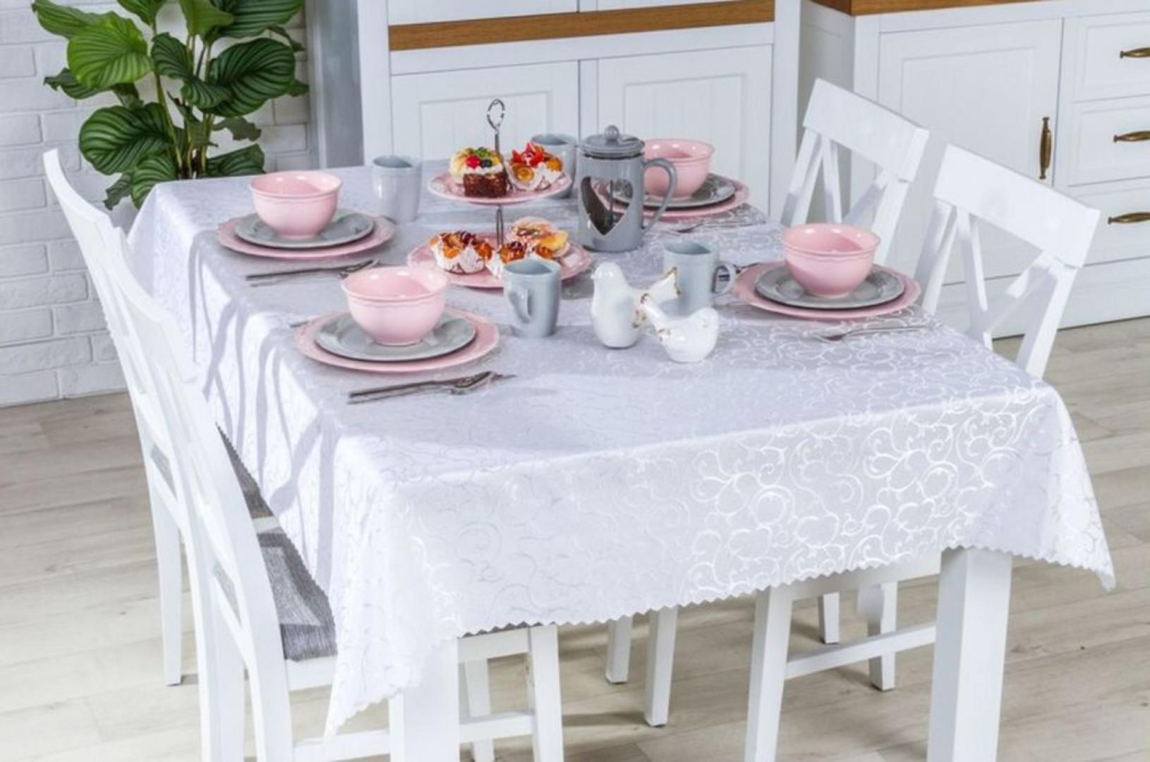 Aranżacja stołu wielkanocnego w duchu klasycznej elegancji. Fot. Salony Agata