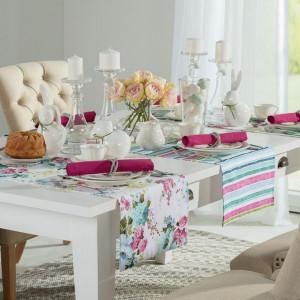 Jeśli lubisz impresjonizm i wszystko, co z nim związane, podczas dekorowania wnętrza na Wielkanoc postaw na kwiatowe motywy w kolorze różowym, niebieskim i zielonym. Fot. Dekoria.pl