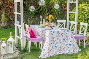 Jak zaaranżować przestrzeń na przyjęcie na świeżym powietrzu - przykłady mebli
