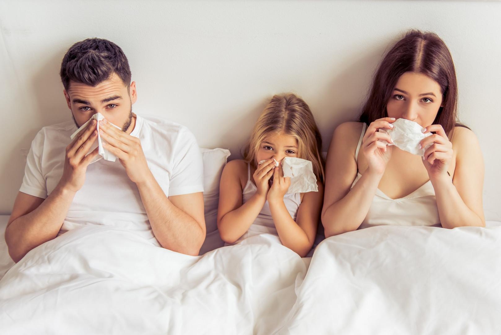 Podstawową sprawą, o którą powinniśmy zadbać, jest dość częsta walka z kurzem, gromadzącym się w sypialni. Fot. 123RF