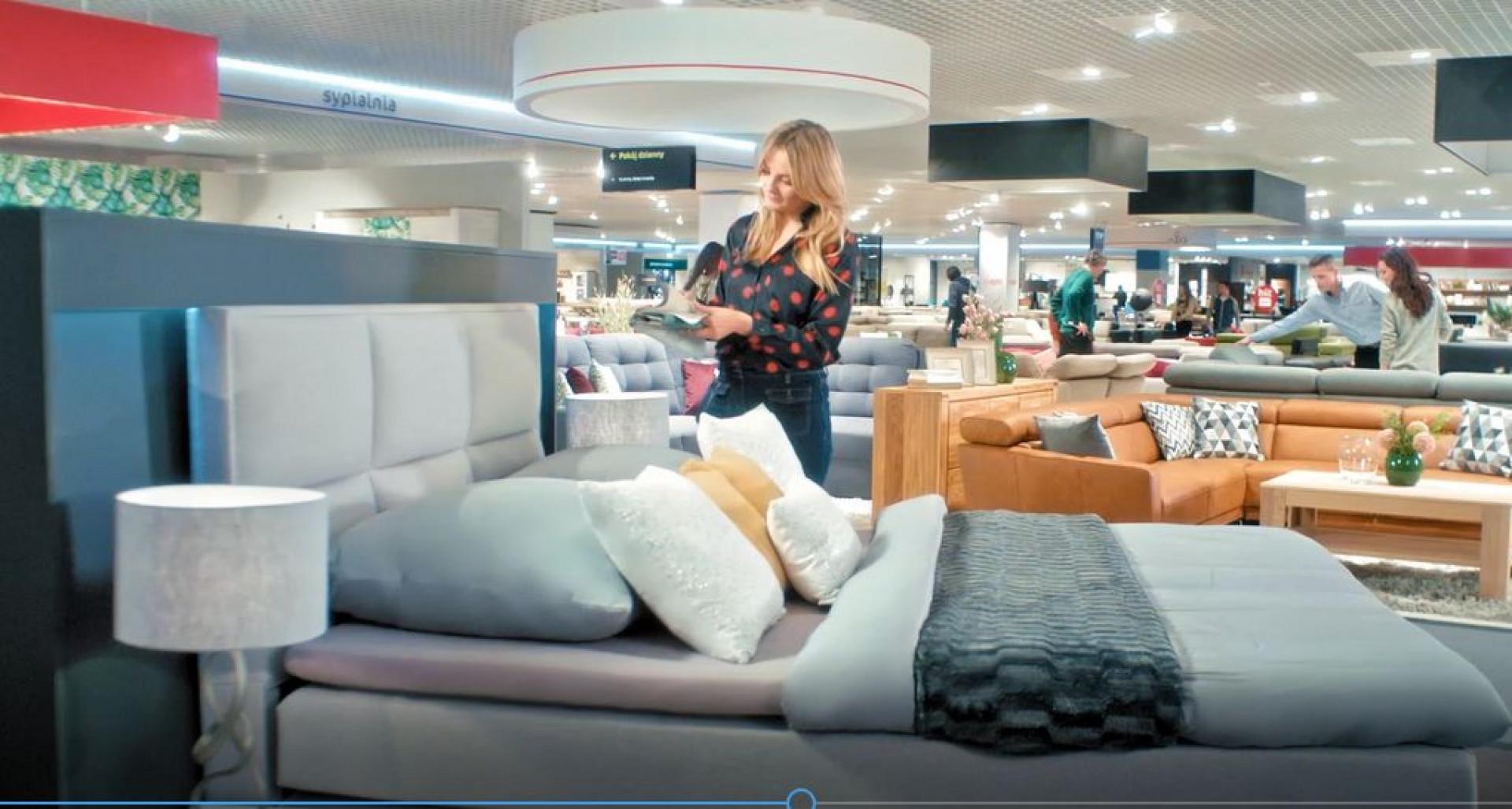 Kadr ze spotu reklamowego sieci Agata
