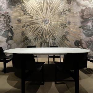 W Mediolanie wzory kwiatowe przewijały się w futurystycznych tapetach, w nawiązujących do tradycji, lecz bardzo wysublimowanych dekoracjach ściennych, a nawet – w innowacyjnych instalacjach sufitowych. Fot. Kodo