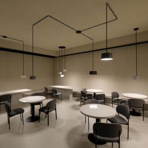 W nowoczesnym wnętrzu sufit, z płaskiej, jednolitej powierzchni, przeistacza się w przestrzeń aktywną, bogatą w ruch, barwę, blaski, cienie oraz kształty. Fot. Kodo