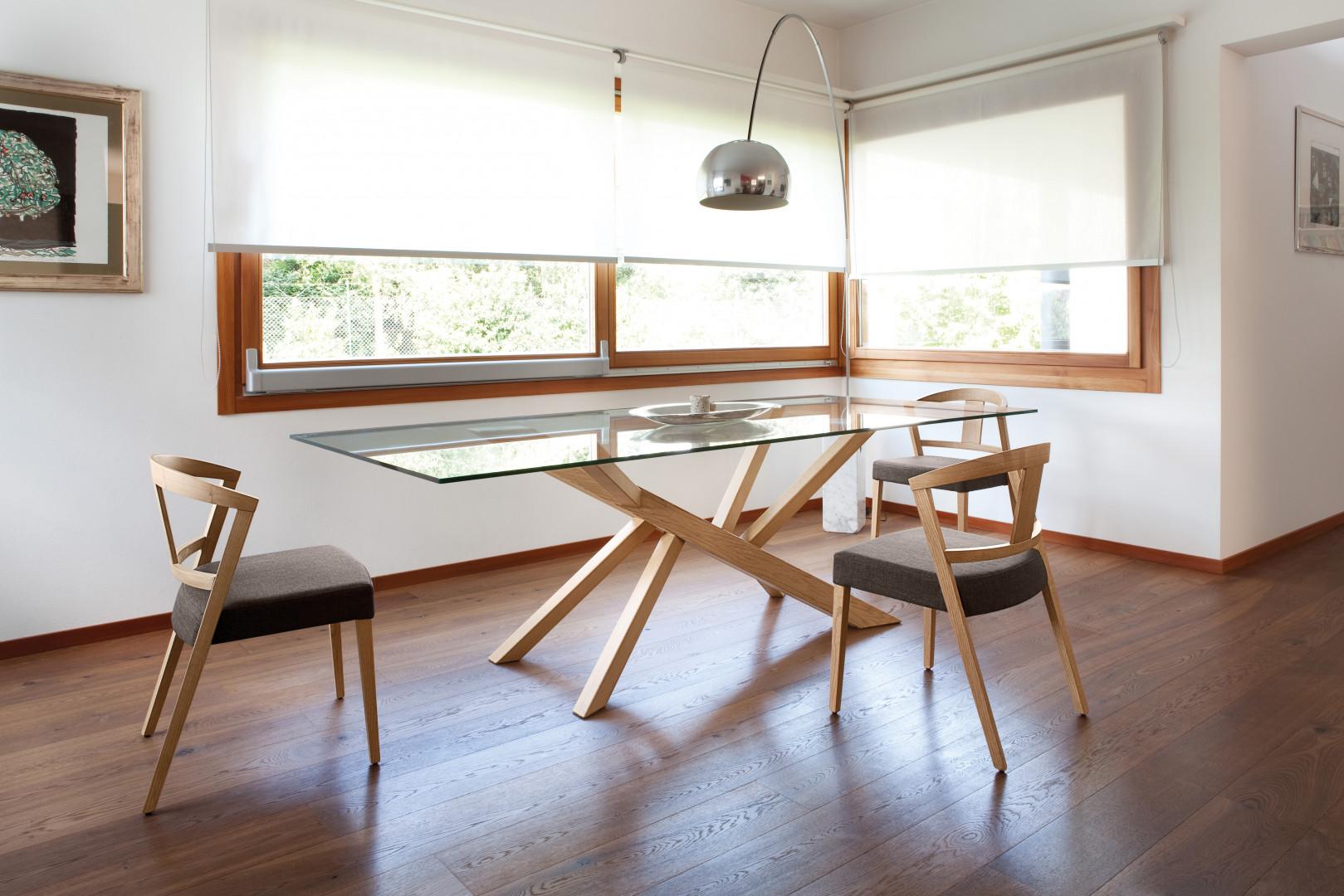 Stół ze szklanym blatem na oryginalnej podstawie. Fot. Gea